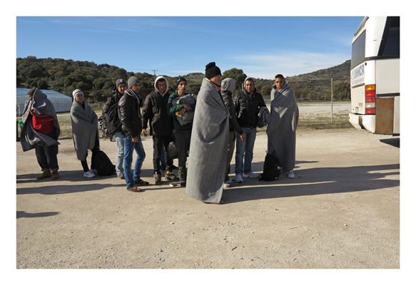 Gruppe von Afghanen vor der Weiterfahrt nach Mitilini